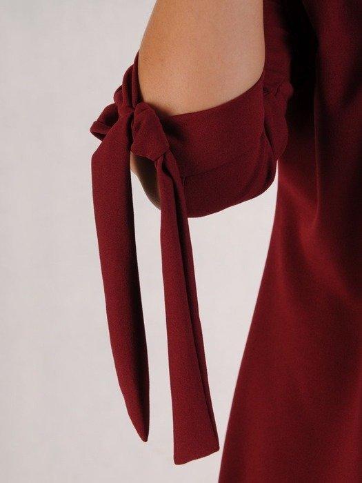 Sukienka z dzianiny, bordowa kreacja z wiązaniem na rękawach 23018