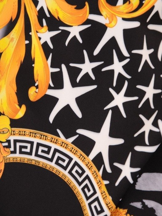 Asymetryczna sukienka z wycięciami na ramionach w modnym wzorze 23549