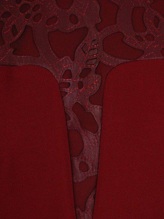 Bordowa sukienka z dzianiny, kreacja z skórzanymi wstawkami 24757