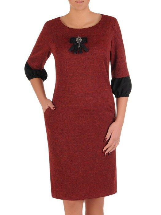 Bordowa sukienka z efektowną broszką i ozdobnymi rękawami 18419.