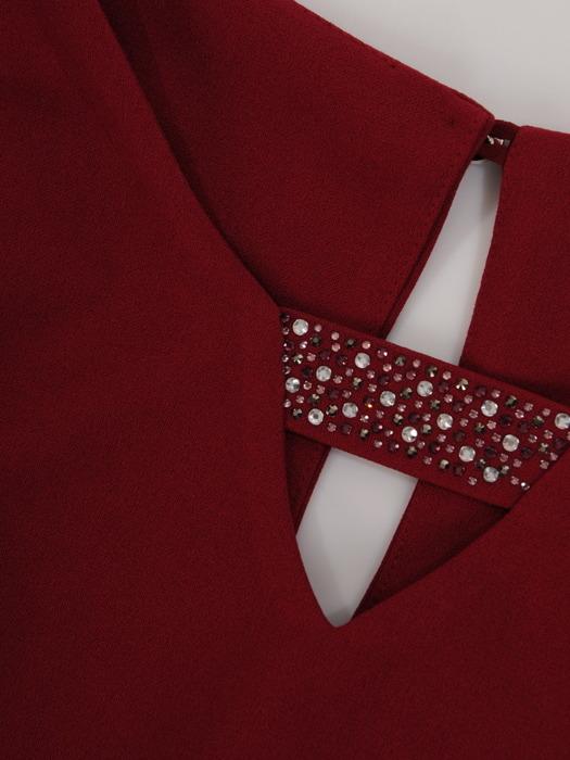 Bordowa sukienka z falbanami i ozdobnym dekoltem 22948