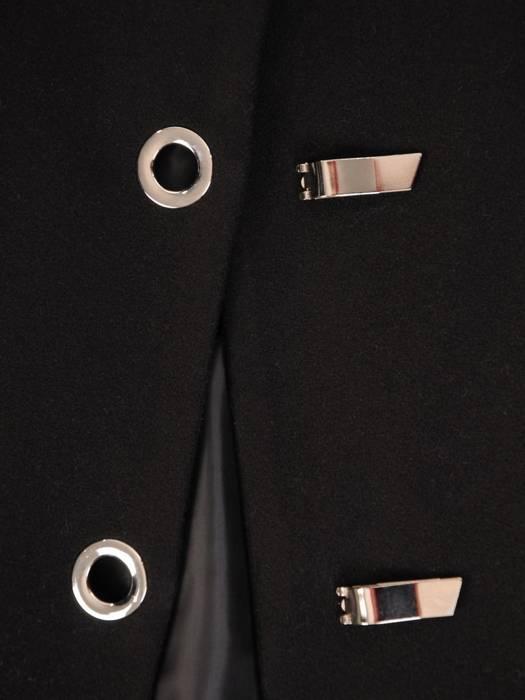 Czarna płaszcz damski z ozdobnym zapięciem 28539