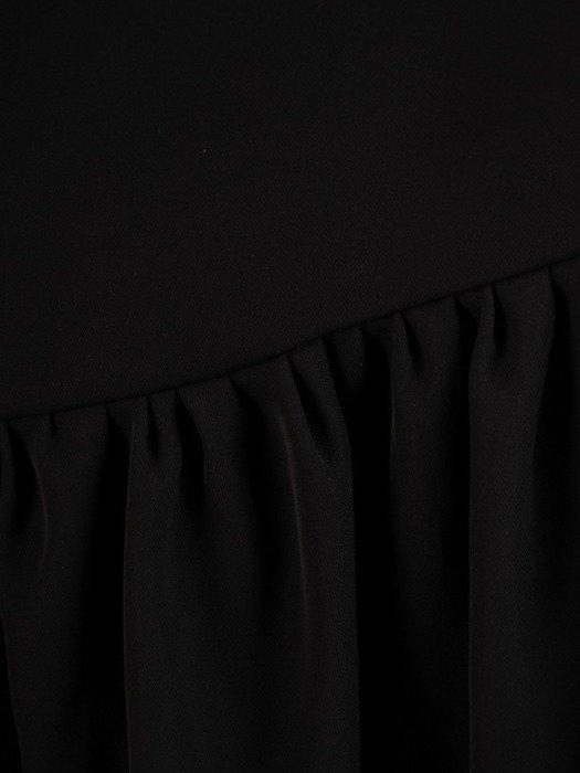 Czarna sukienka z asymetryczną falbaną i ozdobną klamrą 25942
