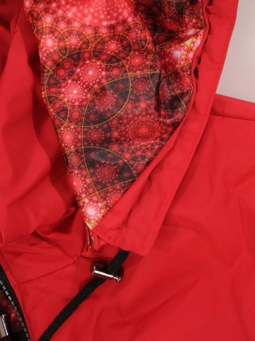 Czerwona kurtka z odpinanym kapturem 29079