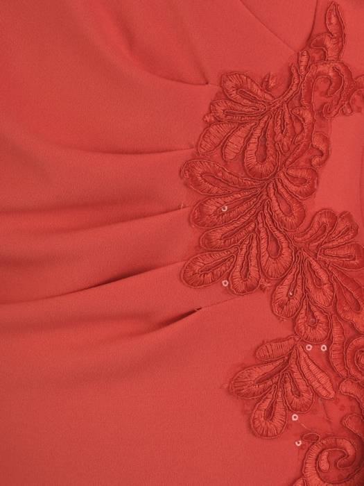 Czerwona sukienka z ozdobnymi aplikacjami z koronki 28335