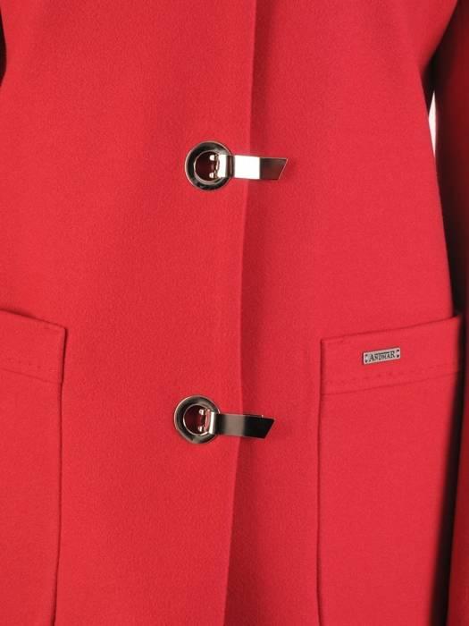 Czerwony płaszcz damski z ozdobnym zapięciem 28535