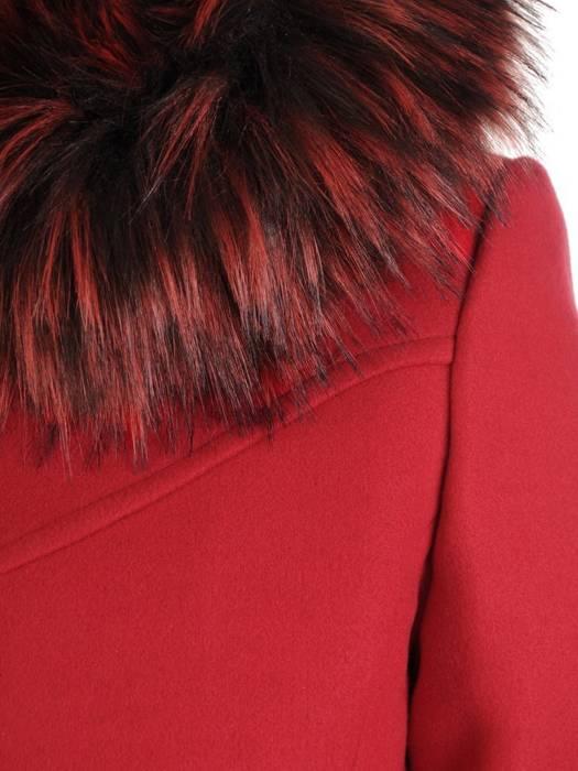 Czerwony płaszcz z odpinanym, futerkowym kapturem 27496