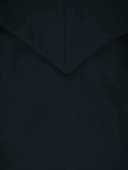 Długa sukienka z modnym dekoltem 17934, zielona kreacja wieczorowa.