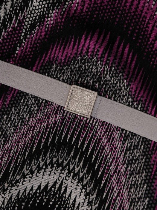 Dzianinowa sukienka z baskinką, jesienna kreacja w modny wzór 24510