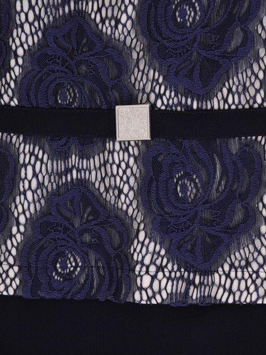 Dzianinowa sukienka z modną baskinką 17731, jesienna kreacja wykończona koronką.