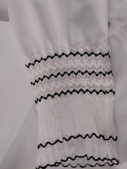 Elegancka bluzka z kontrastowymi zdobieniami 18561.