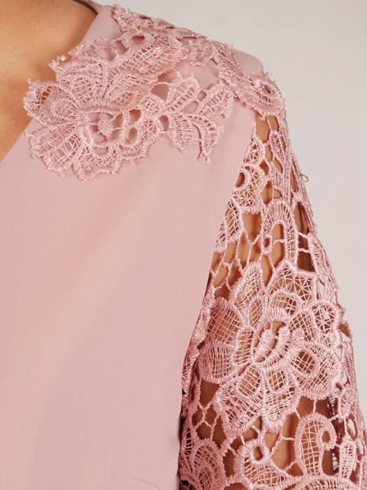 Elegancka pudrowa sukienka, kreacja z koronkowymi rękawami 28756