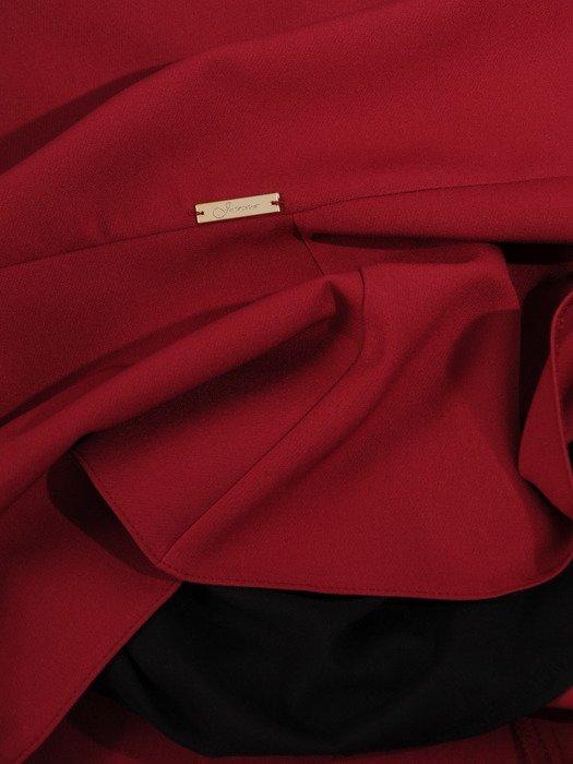 Elegancka sukienka z modną falbaną 17495, kreacja w kolorze bordowym.