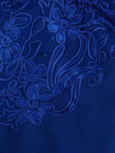 Elegancka sukienka z przepięknym zdobieniem Palmira III, kreacja wykończona gipiurą.