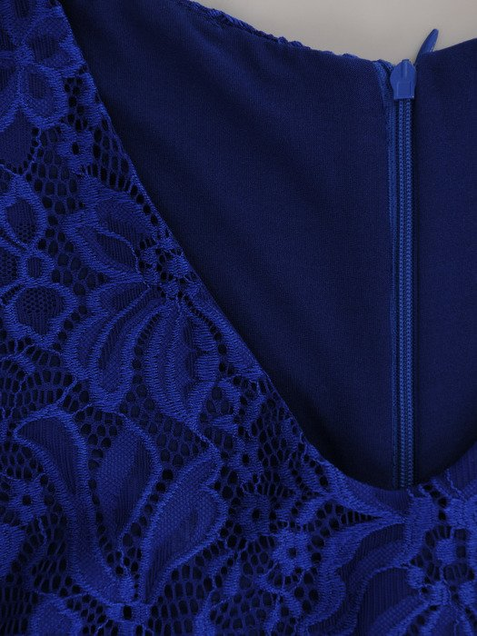 Elegancka sukienka z trenem 17154, chabrowa kreacja wykończona koronką.