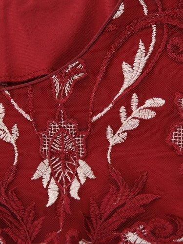 Elegancka sukienka zdobiona gipiurą Gerda III, wieczorowa kreacja ze złotym połyskiem.