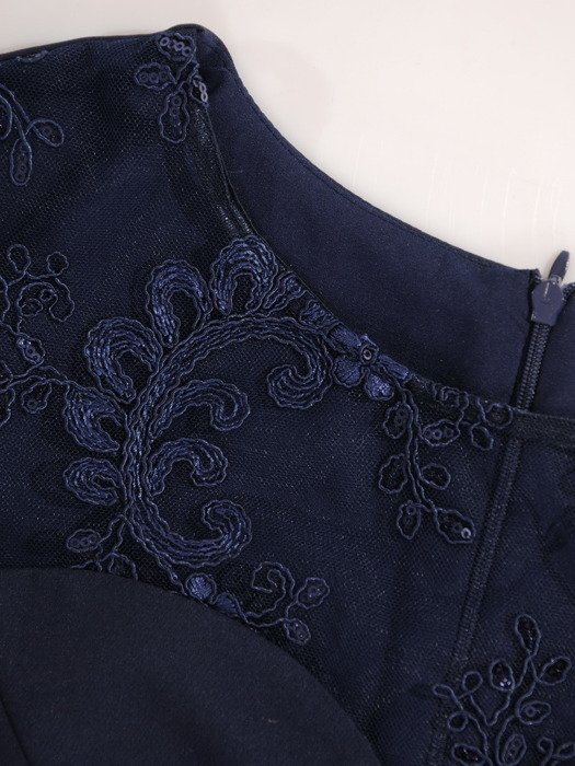 Granatowa sukienka wieczorowa z koronkowym karczkiem 19053