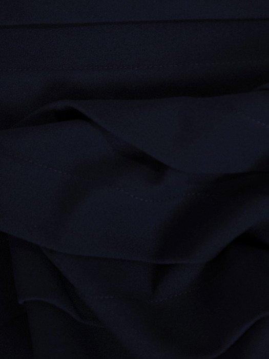 Granatowa sukienka z szerokimi zakładkami 18610, modna kreacja z dzianiny.