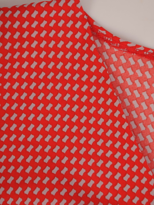 Modna bluzka z dekoltem w serek 21502