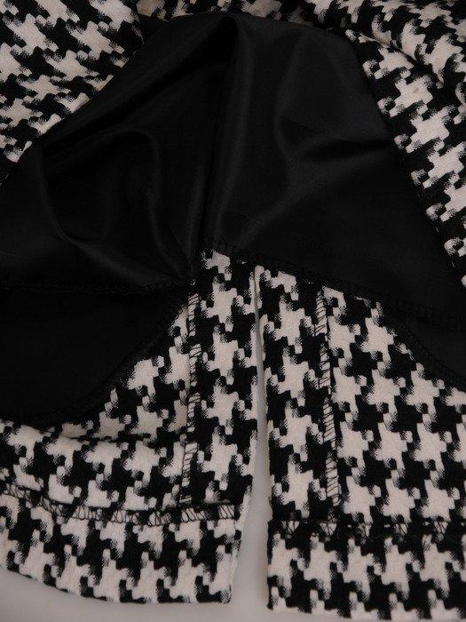 Modna sukienka w pepitkę 17149, elegancka kreacja z ozdobnymi lamówkami.