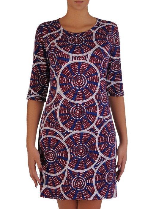 Modna sukienka z dzianiny 17904, jesienna kreacja w abstrakcyjne wzory.