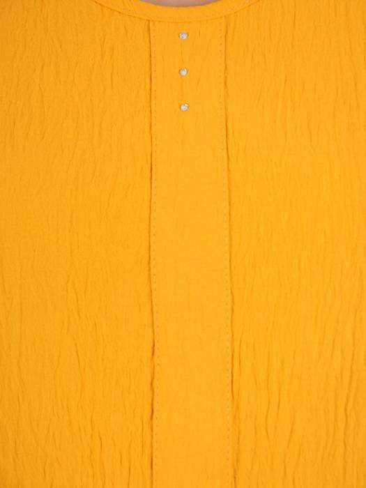 Musztardowa, kreszowana sukienka z ozdobnymi przeszyciami 29894