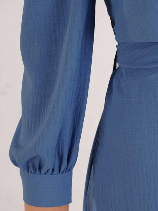 Niebieska kreszowana sukienka z ozdobnym wiązaniem w pasie 28261