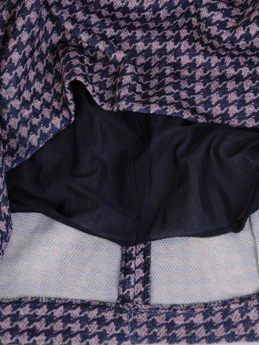 Nowoczesna sukienka w pepitkę 17892, jesienna kreacja z kieszeniami.
