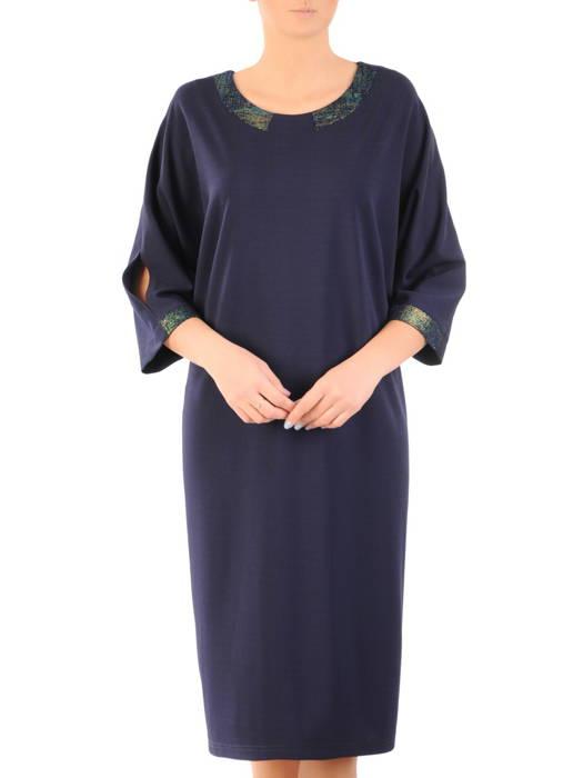 Nowoczesna sukienka z szerokimi, połyskującymi lamówkami 31189