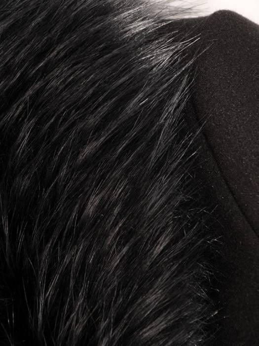 Płaszcz czarny z futrzaną etolą i wiązanym paskiem 27790