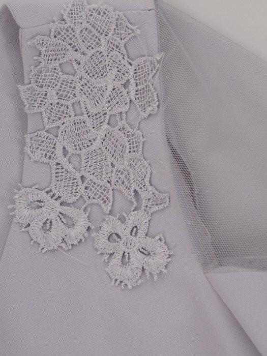 Popielata sukienka z tiulowymi wstawkami na rękawach 19616