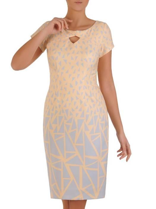 Prosta pudrowa sukienka, kreacja z ozdobnie wyciętym dekoltem 28188