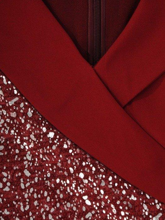 Prosta sukienka wizytowa, bordowa kreacja z połyskującą wstawką 24108