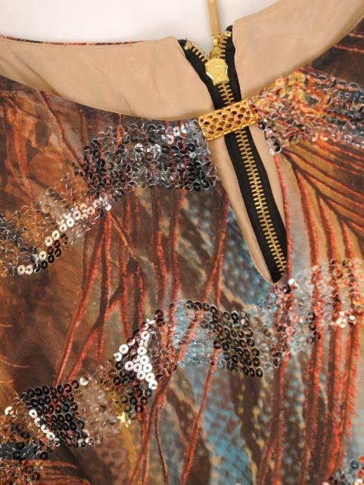 Prosta sukienka zdobiona cekinami, kreacja z ozdobnym dekoltem 30511