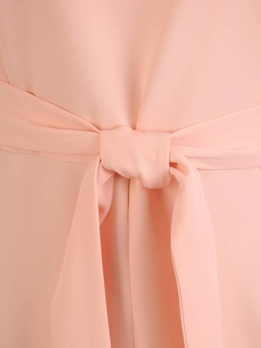 Pudrowa sukienka damska z ozdobnym rozcięciem i paskiem 28903