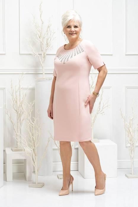 Pudrowa sukienka damska z ozdobnymi dżetami przy dekolcie 29228