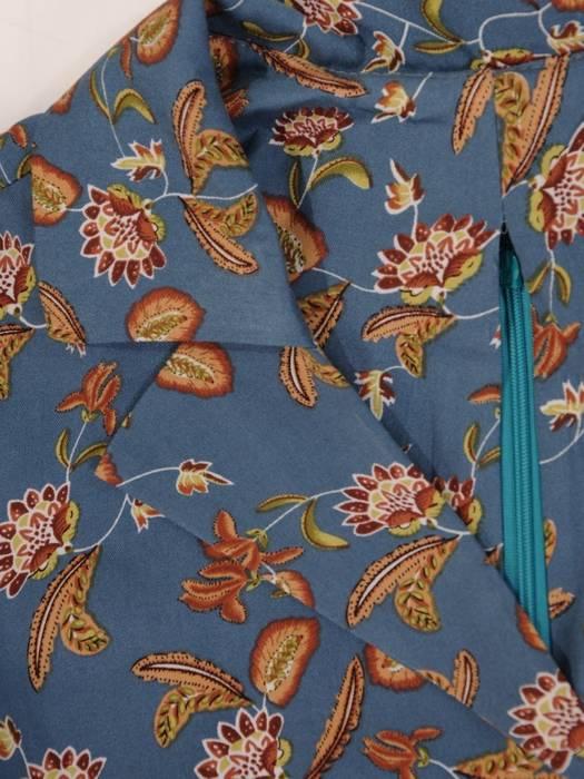 Rozkloszowana sukienka z paskiem, modna kreacja z kołnierzem 27336
