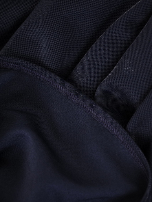 Rozkloszowana sukienka z połyskującej dzianiny, granatowa kreacja kopertowa  22884
