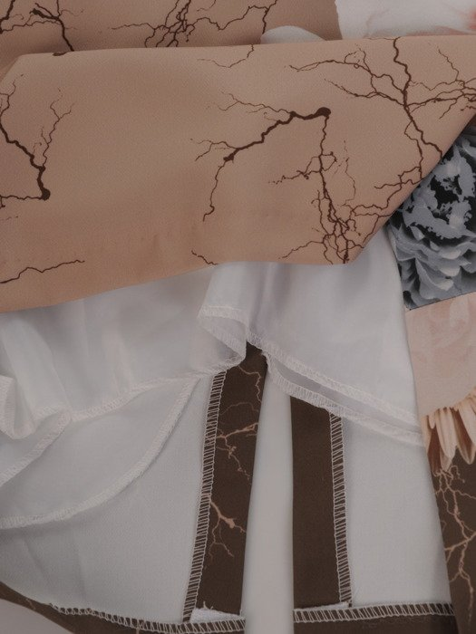 Sukienka damska 16968, prosta kreacja w wyszczuplającym wzorze.
