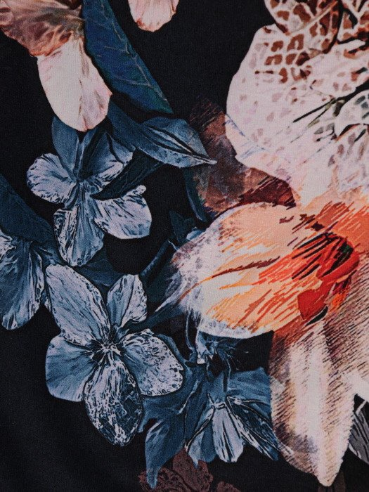 Sukienka damska 18396, jesienna kreacja z modnymi rękawami.