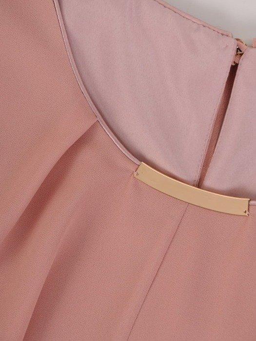 Sukienka damska, pudrowa kreacja z ozdobnym dekoltem 25520