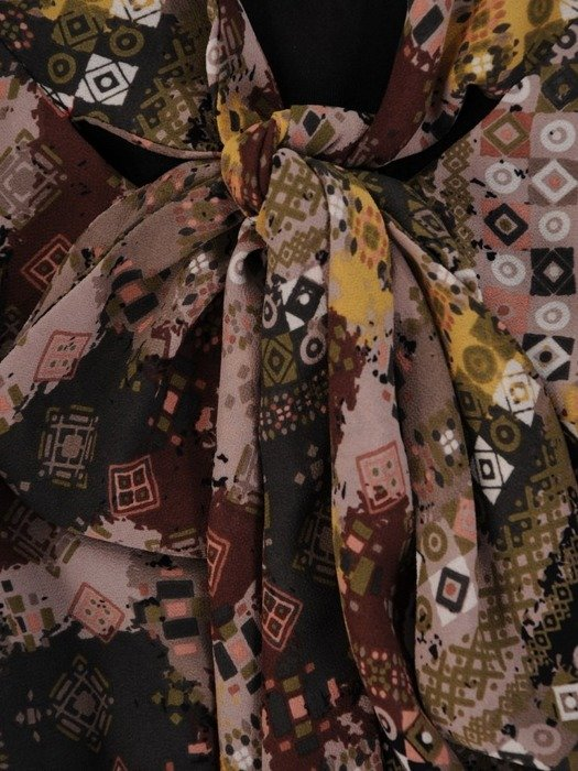 Sukienka szyfonowa, modna kreacja z wiązaniem na dekolcie 25016