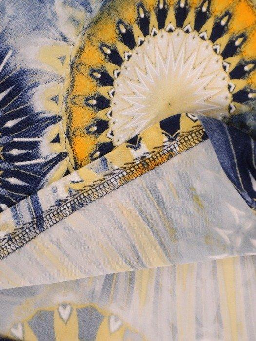 Sukienka w geometryczny wzór, prosty fason z dekoltem w serek 25955