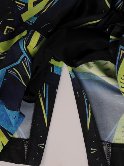 Sukienka w wyszczuplającym wzorze, prosta kreacja z tkaniny 20520.