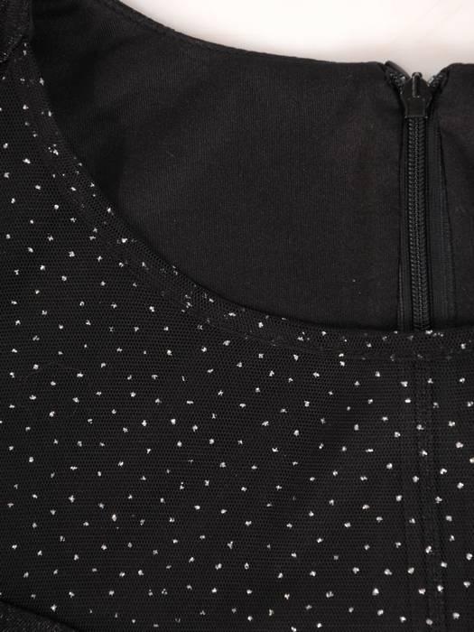 Sukienka wyjściowa, czarna kreacja z ozdobnym dekoltem i falbanami 28042