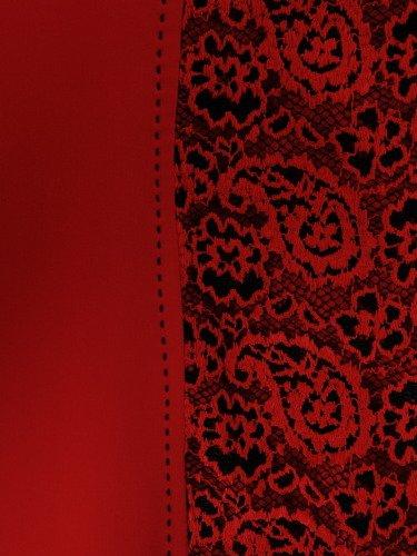 Sukienka wyszczuplająca Klementyna V, wizytowa kreacja z ozdobną wstawką z koronki.