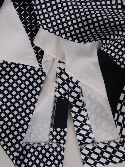 Sukienka wyszczuplająca, geometryczna kreacja z tkaniny 20050.