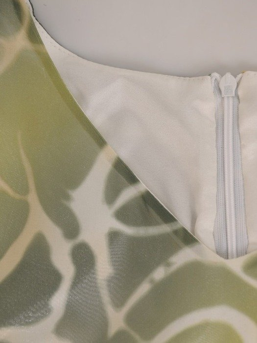 Sukienka z szyfonu, luźna kreacja w oryginalnym połyskującym wzorze 24668