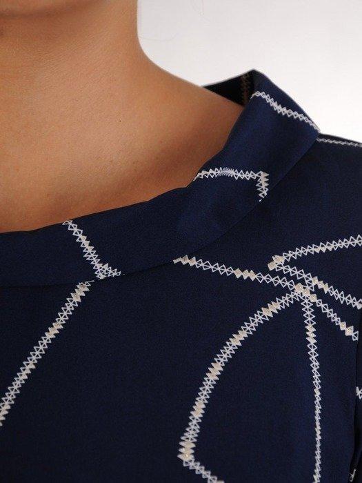 Trapezowa sukienka z szerokim półgolfem, lekka kreacja z wzorzystego szyfonu 24342