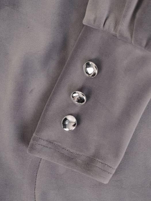 Welurowa prosta sukienka ozdobiona guzikami przy dekolcie 28108